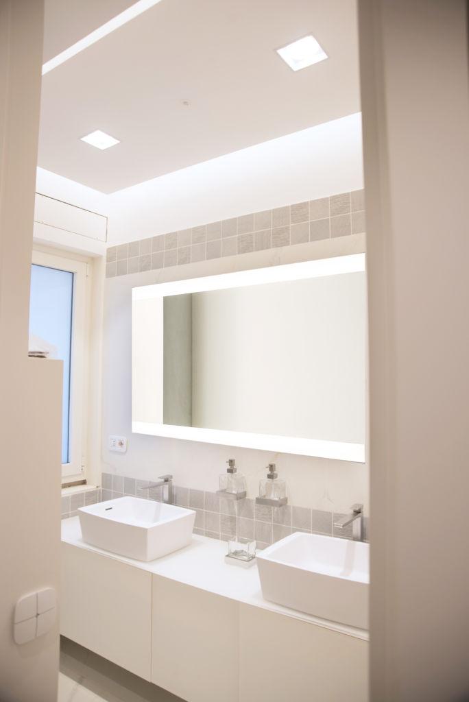 bagno bianco domotica